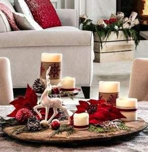 κεριά στο τραπεζάκι του σαλονιού τα χριστούγεννα