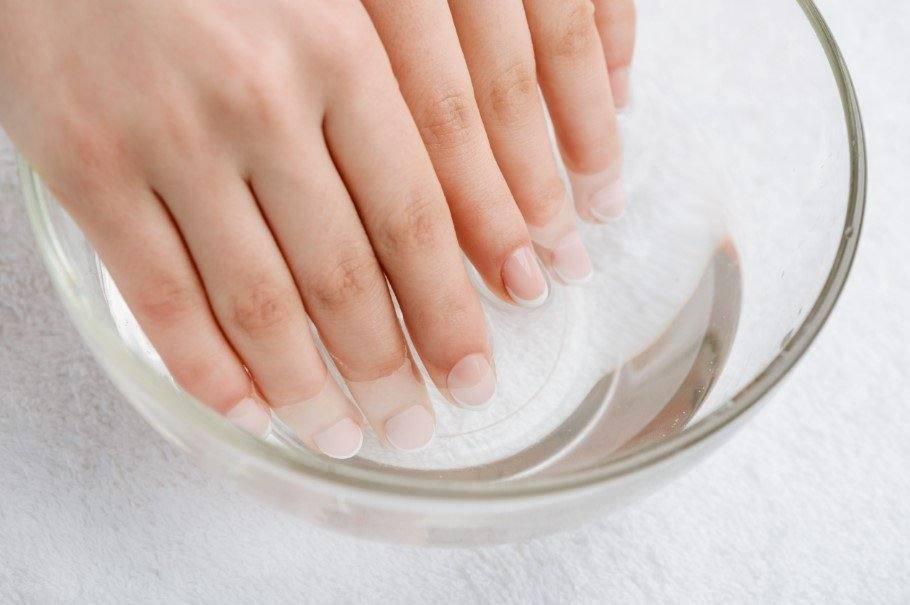 νύχια σε μπολ με νερό