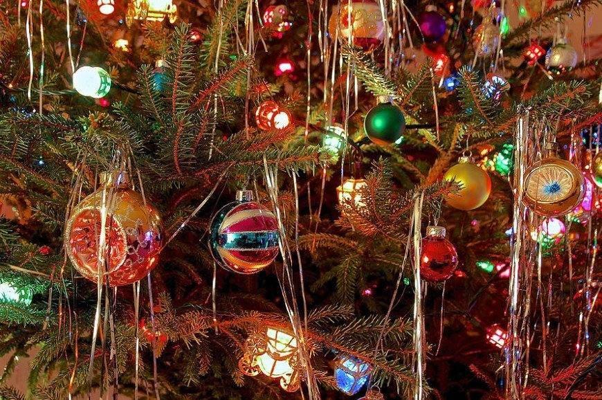 πολύχρωμος στολισμός δέντρου χριστουγεννιάτικη διακόσμηση αποφύγεις