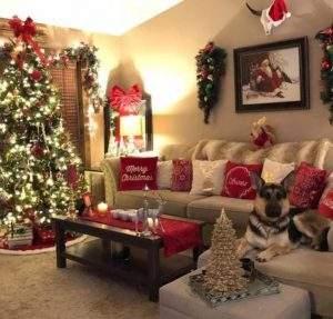 χριστουγεννιάτικη διακόσμηση στο τραπεζάκι του καφέ