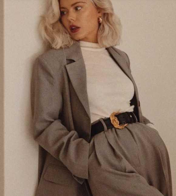 γκρι γυναικείο κοστούμι με λευκή μπλούζα