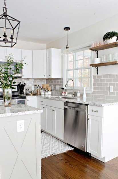 λευκή κουζίνα ιδιαίτερα φωτιστικά