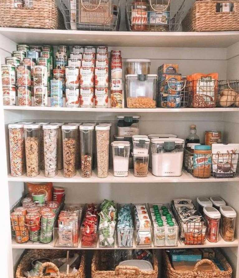 αποθήκη με έξτρα τρόφιμα σπιτιού