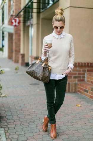 ταμπά μπότες με κυπαρισσί παντελόνι και κρεμ πουλόβερ