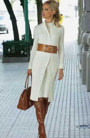 ταμπά μπότες με λευκό φόρεμα και φαρδιά ζώνη
