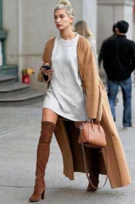 σκούρες ταμπά μπότες με κρεμ κοντό φόρεμα και κάμελ παλτό